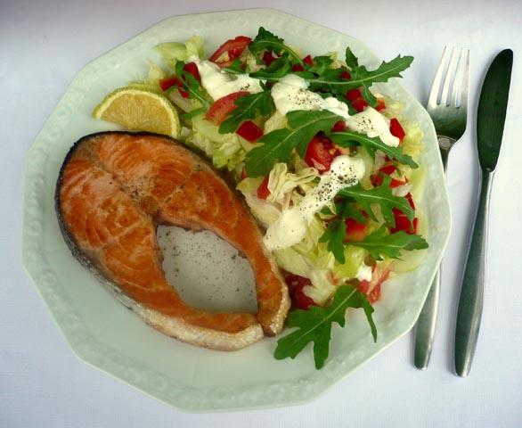 Lachskotelett_mit_bunten Salat.jpg