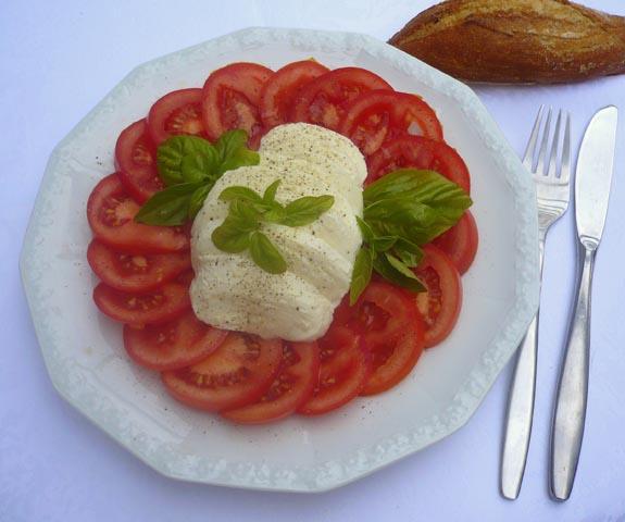 Tomate_mit_Mozzarella_und_Vollkornbroetchen.jpg